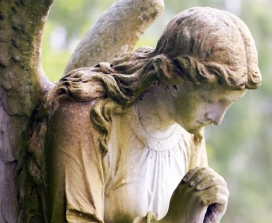Angel statue bowing head